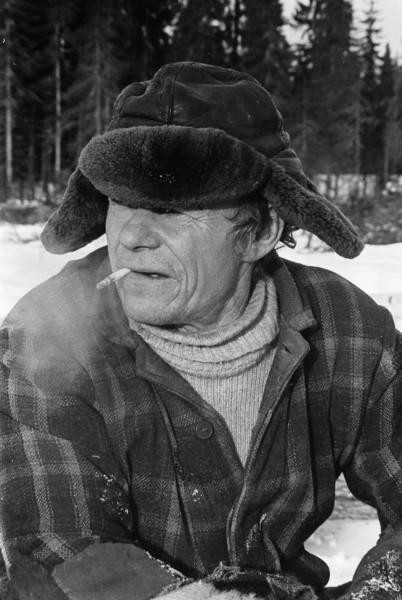 Metsätyöläinen savukkeella-Aarne Reunala-Miehen työ-Miehen työ