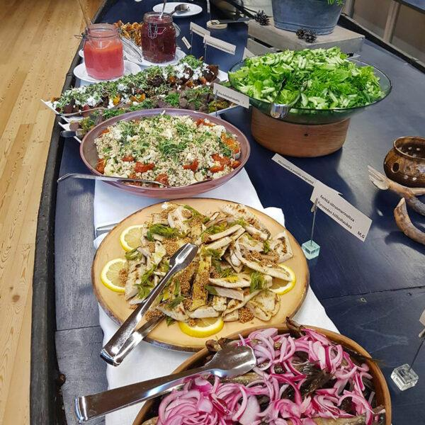 Ravintolan buffetpöytä, jossa tarjolla erilaisia lämpimiä ja kylmiä ruokia.