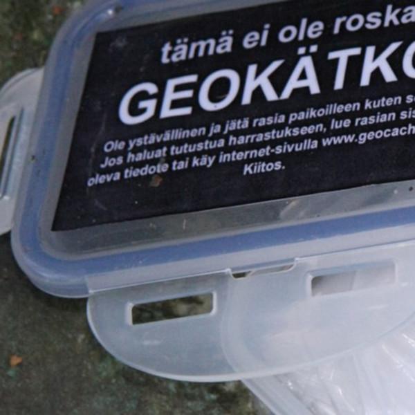Lähikuva muovisesta, avatusta geokätköpurkista