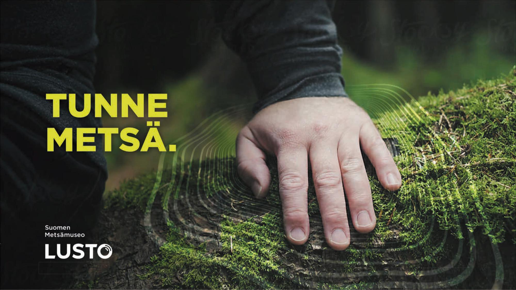 """Miehen käsi lepää kaatuneella, sammaleisella puunrungolla, kädestä laajenee lustokuvio. Kuvassa mukana Luston logo ja slogan """"Tunne metsä""""."""